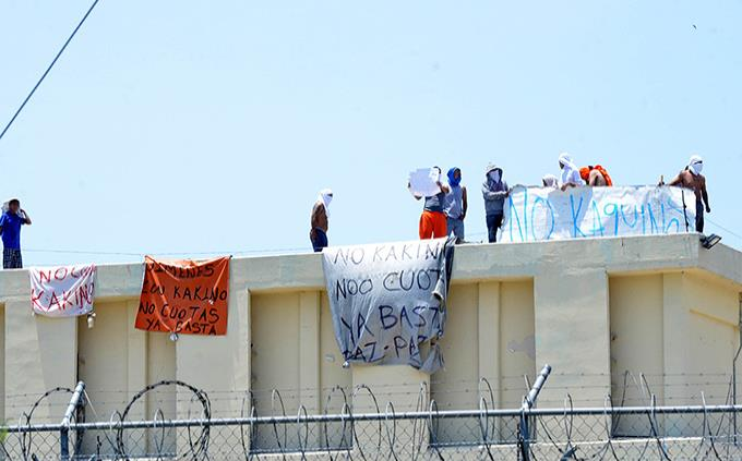 Internos protestan con mantas en penales de Apodaca y Topo Chico