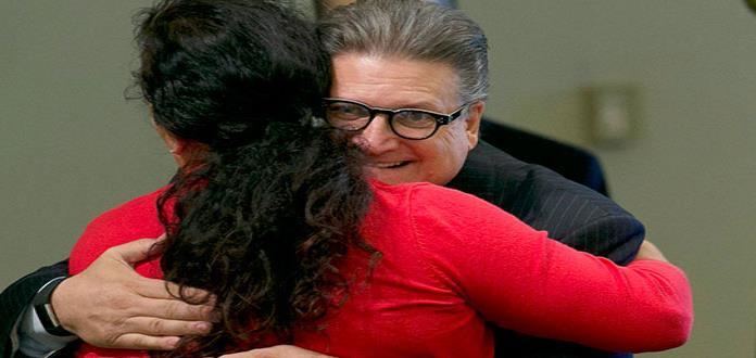 Ordenan a senador de California que deje de dar abrazos