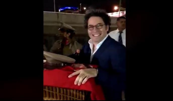 Gustavo Dudamel dirige Cielito Lindo en un organillo (VIDEO)