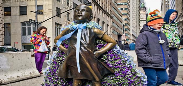 Estatua de niña sin miedo se queda en Nueva York, por ahora