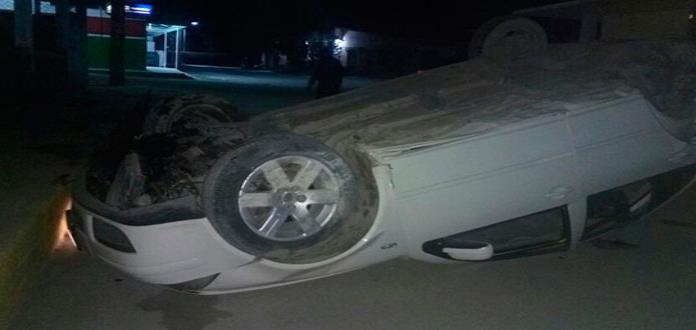 Vuelca automóvil, conductor sale ileso