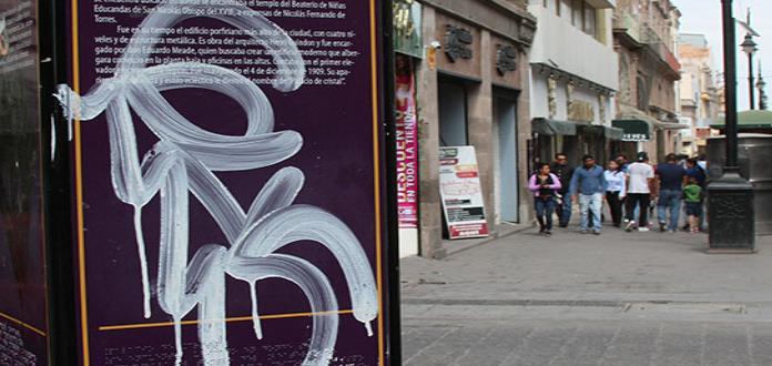 Señalética para ubicar al turismo luce grafiteada