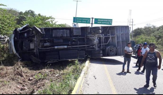 Reportan 11 lesionados tras volcadura de autobús en Cancún
