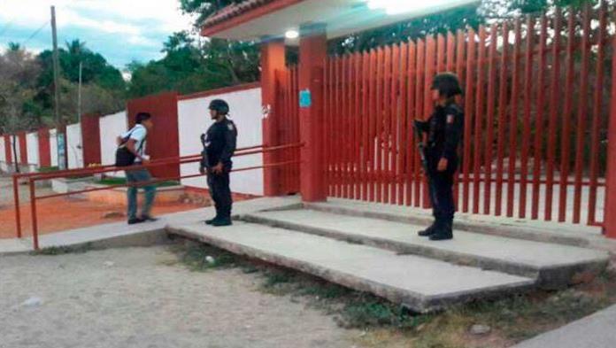 Hombres rapan a estudiantes y maestras de escuela en Acapulco