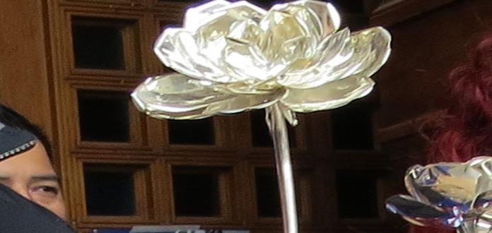 Reprueban robo de rosas de plata