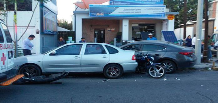 Chocan tres vehículos en avenida Carranza