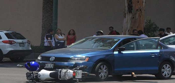 Auto embiste a motociclista en la Av. Carranza