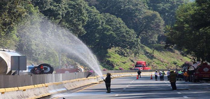Por volcadura cierran la vía México-Cuernavaca