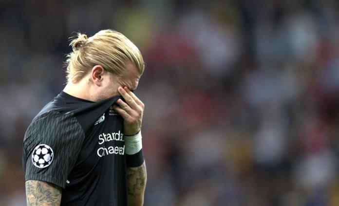 Futbolistas del Liverpool abandonan al portero Karius (VIDEO)
