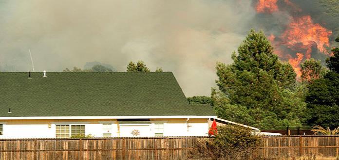Incendio forestal pone en peligro casas del norte de California