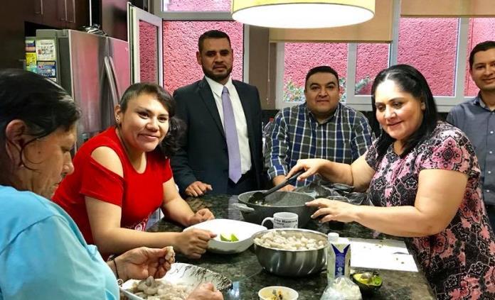 Senadora Diva Gastélum cocina platillos sinaloenses para la prensa