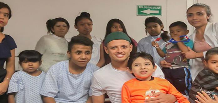 Chicharito Hernández visita a niño en el Hospital Civil de Guadalajara