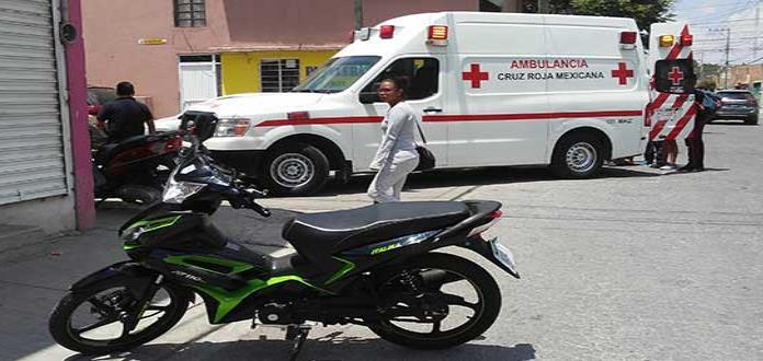 Chocan 2 motocicletas;  conductores, golpeados