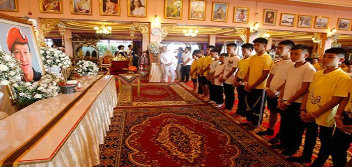 Niños de Tailandia hacen oración en templo budista