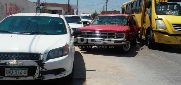 Camión urbano choca contra camioneta