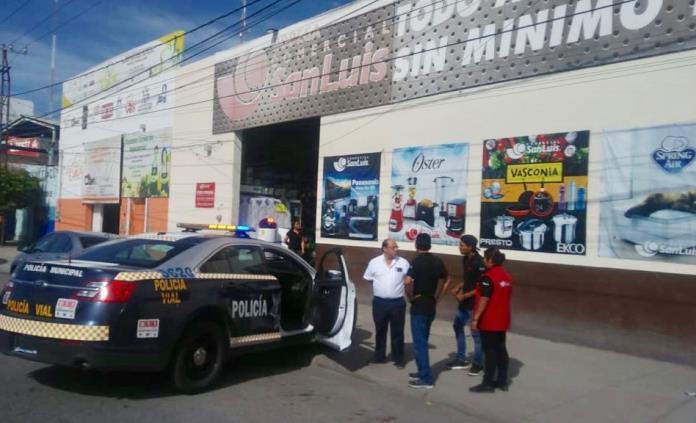 Detienen a dos hombres por robo en Bodega Comercial San Luis