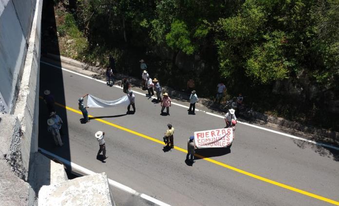 Comuneros bloquean la carretera Valles-Rioverde