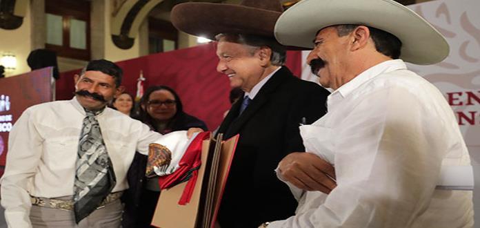 ¡Viva México, cabrones!, grita descendiente de Zapata al reunirse con AMLO