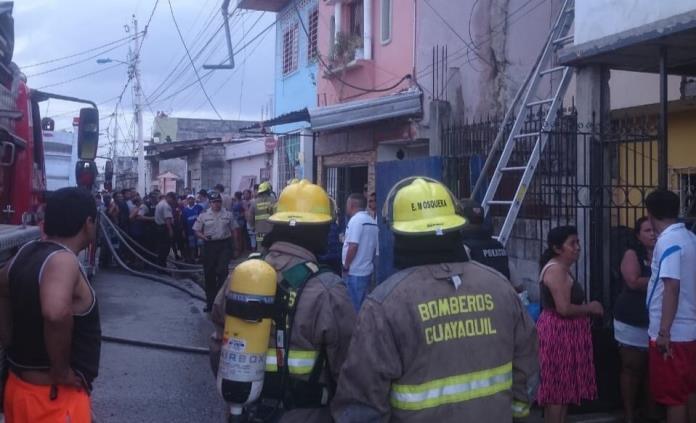 Mueren 18 personas al incendiarse clínica en Ecuador