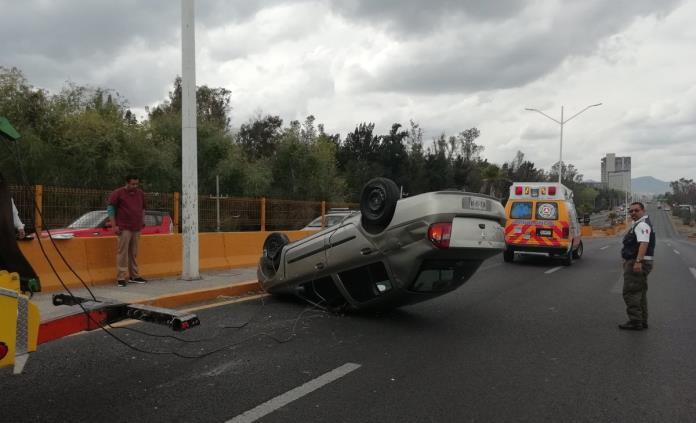 Automovilista vuelca en Salvador Nava