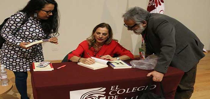 La primera dama visita SL; presenta antología poética