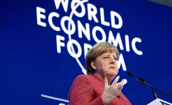 Merkel arremete en Davos contra unilateralismo de Trump