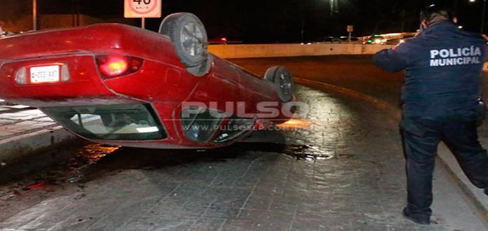 Abandonan automóvil  volcado en la Alameda