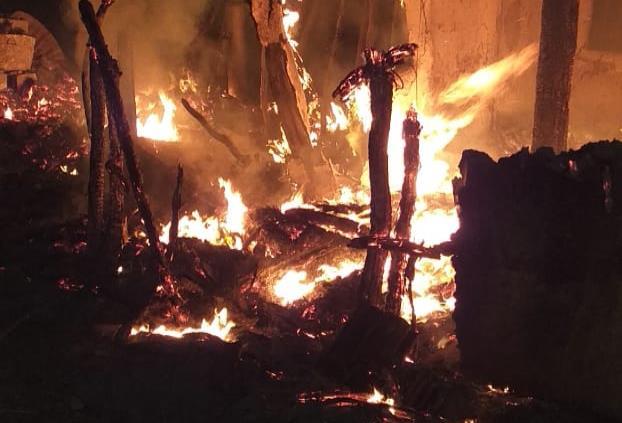 Incendio consume vivienda en San Vicente