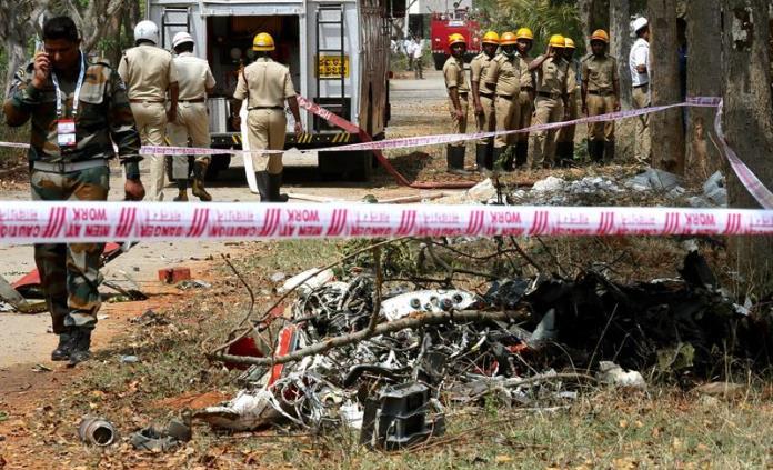 Colisión de aviones acrobáticos en la India deja un muerto