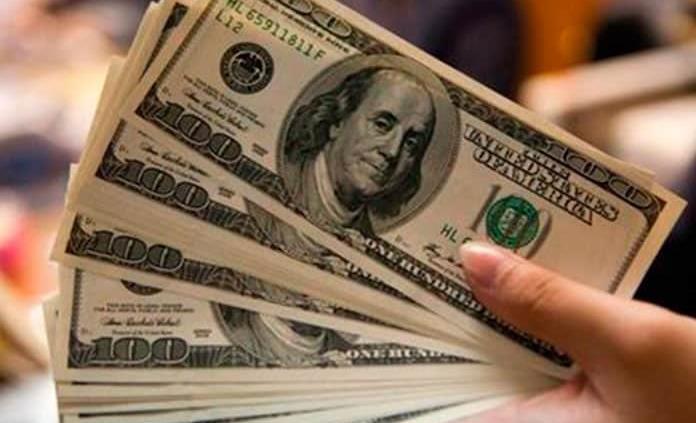 Dólar retrocede, se vende hasta en 19.50 pesos en bancos