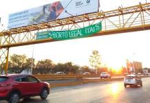 Colocan manta en puente peatonal de Salvador Nava en favor del aborto