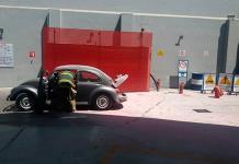 """Arde un """"vocho"""" por fuga de gasolina"""