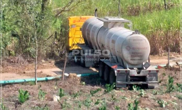 Chofer de pipa que transportaba ácido sulfúrico sufre accidente en la Huasteca
