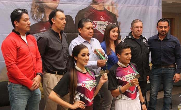 Presentan playera y medalla de la Carrera de la Enchilada