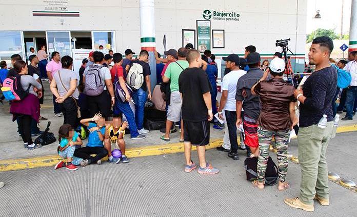 Riñen centroamericanos y cubanos en oficinas del INM; un herido