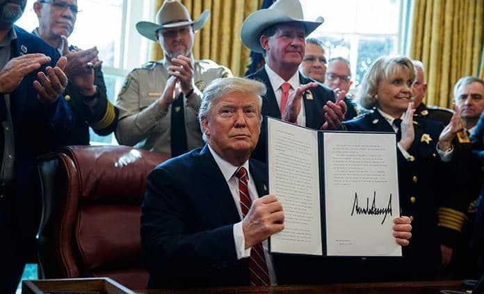 Trump firma su veto a resolución del Congreso contra la emergencia nacional