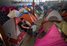 Varados en México, migrantes sobrellevan una tensa espera de asilo en EEUU