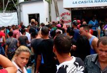 Entre confusión y caos, cubanos buscan permiso