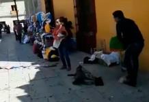 Trabajadores retiran puesto de mujer con bebé en brazos en Oaxaca