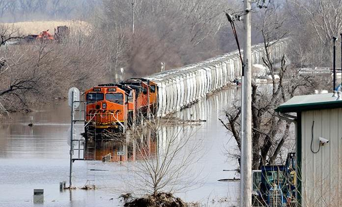 Más personas desalojadas en centro norte de EE.UU. por lluvias