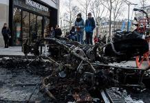 París limpia los Campos Elíseos tras protestas
