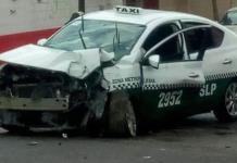 Taxista choca contra poste; dos lesionados