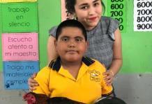 Alumno sorprende a su maestra al regalarle un gallo