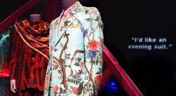 Exhibición explora límites borrosos del género en la moda