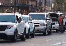 Estacionan en sentido contrario autos de secretario en el Zócalo