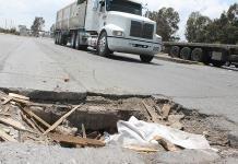 Camiones de carga crean enorme hoyanco en el Periférico Oriente
