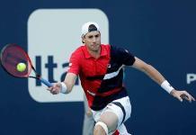 El campeón defensor Isner avanza en Miami