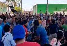 Batalla campal en Uruapan, Michoacán, entre profesores de la CNTE