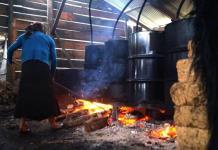 El posh, un aguardiente ancestral que familias de Chiapas destilan en casa