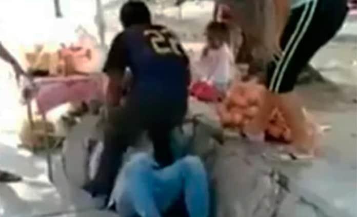 Hondureños golpean a mexicanos por recolectar firmas para sacarlos — VÍDEO